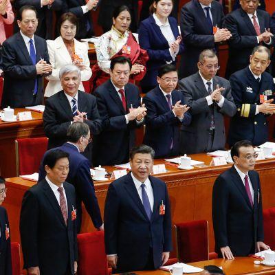 Kiinan presidentti Xi Jinping (alarivissä keskellä) Kansankongressissa 11. maaliskuuta.