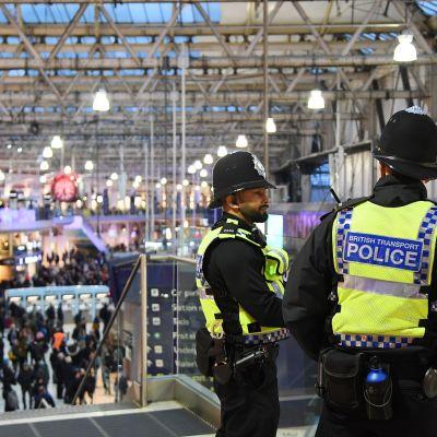 Poliisit seisoivat Waterloon asemalla tiistaina.