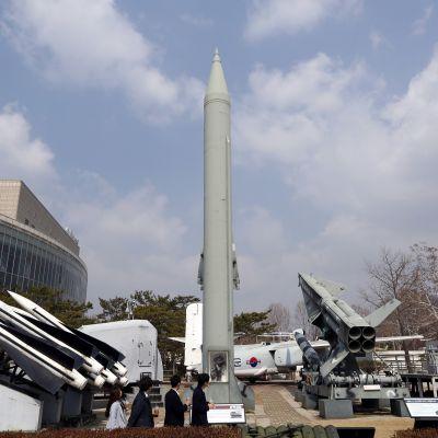 Eteläkorealaiset katselivat Pohjois-Korean Scud-B-ohjusta Korean sotamuseossa Soulissa maaliskuussa.
