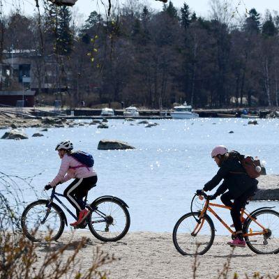 Pyöräilijöitä Kasinonrannassa Helsingin Lauttasaaressa 25. huhtikuuta