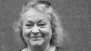 """Skådespelaren och musikern Helena Ryti från Tarinateatteri medverkar i föreställningen """"Elämän rajalla"""", som översatt: """"Vid livets gräns"""". 2021."""