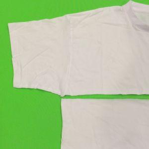 T-paita leikattuna kainaloiden alta kahtia.