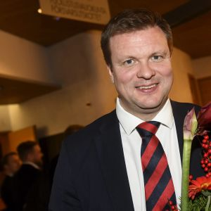 Ville Skinnari, jota SDP ehdottaa jatkamaan ulkomaankauppa- ja kehitysyhteistyöministerinä, SDP:n puoluehallituksen ja eduskuntaryhmän kokouksen jälkeen Helsingissä 8. joulukuuta 2019.