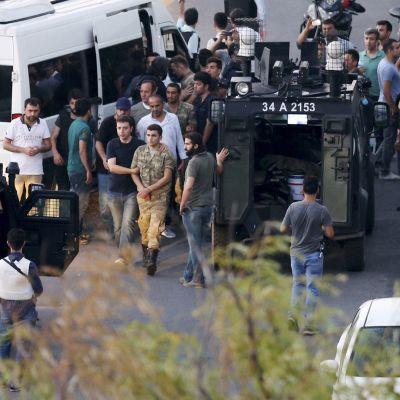 Turkin poliisi pidätti vallankaappaukseen osallistuneita sotilaita Taksim-aukiolla 16. heinäkuuta.