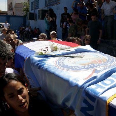 Paraguayn mielenosoituksessa kuolleen arkku