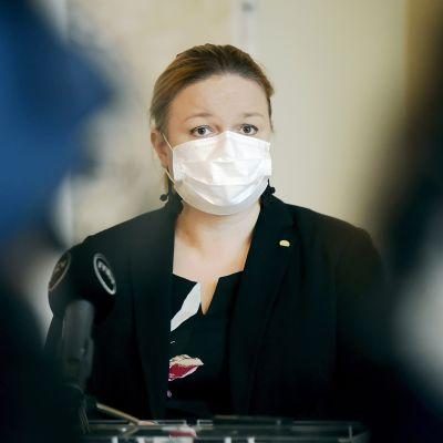 Perhe- ja peruspalveluministeri Krista Kiuru kommentoi tulevia koronan aiheuttamia rajoituksia eduskunnan valtiosalissa 6. lokakuuta.
