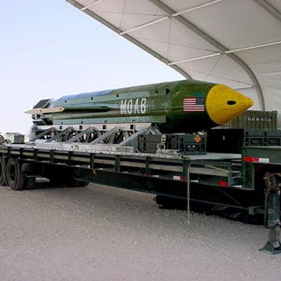 En arkivbild på en GBU-43 Massive Ordnance Air Blast bomb, även kallad alla bombers moder. Det är den största icke-nukleära bomben, enligt Pentagon.