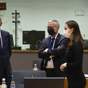 Tanskan pääministeri Mette Fredriksen, Eurooppa-neuvoston puheenjohtaja Charles Michel ja Suomen pääministeri Sanna Marin keskustelevat.