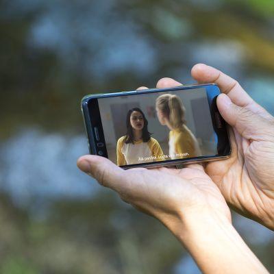 TV-sarjojen katselua älypuhelimella.