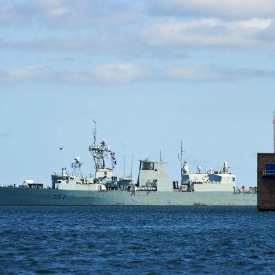 Kanadalainen HMCS Fredericton -fregatti kuvattuna puolalaisessa satamakaupunki Gdyniassa vuonna 2015.