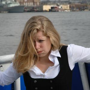 Kvinna mår illa på havet.