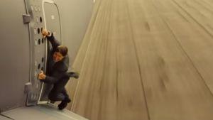 Tom Cruise hänger från ett flygplan i Mission: Impossible - Rouge Nation
