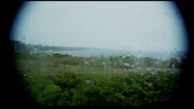 En suddig bild av en regnig strand.