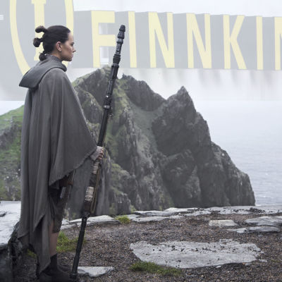 Bild ur filmen The Last jedi samt Finnkinos logo i bakgrunden