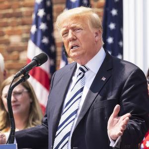 Entinen presidentti Donlad Trump lehdistötilaisuudessa.