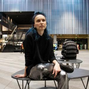 Emma Raunio sitter på bänk i stor hall i köpcentret Tripla 5.2.2020.