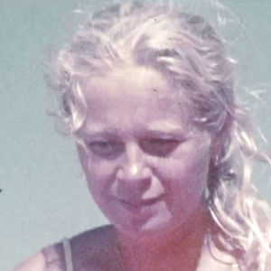 Maria Björnstam 1973 ombord på flotten Acali. Endast ansiktet syns mot blå himmel.