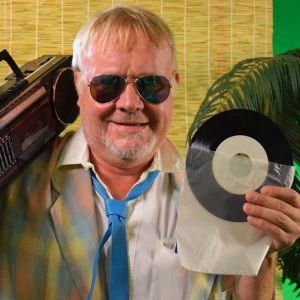 Mårten Holm i Miami Vice-mode visar upp sin gamla sjutums-demo.