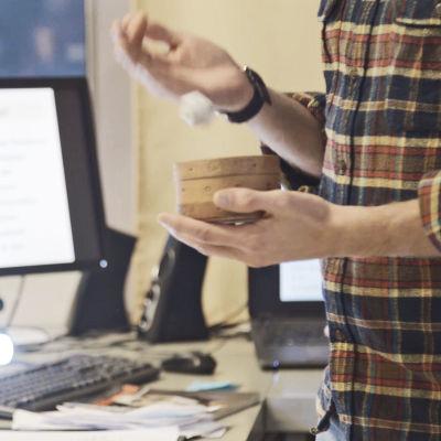 Läraren Evald Hemströms händer när han kastar tärning i klassrumet.