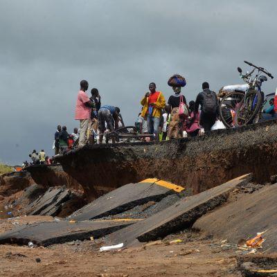 Dondon kylässä sykloni ja tulvavedet ovat vieneet tietä mennessään.