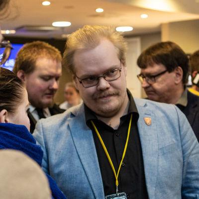 PS-nuorten entinen jäsen Toni Jalonen Tampereella Holiday Club-hotellin aulassa.