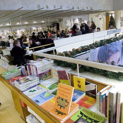 nainen akateemisessa kirjakaupassa
