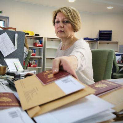 Irina Stoljarova käsittelee viisumeita Petroskoissa