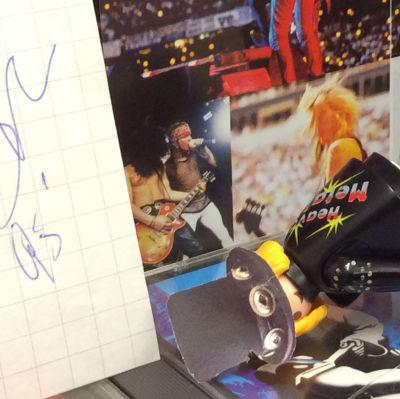 Playmobil-leksaksgubbe som avslocknad Slash med riktiga Slash autograf