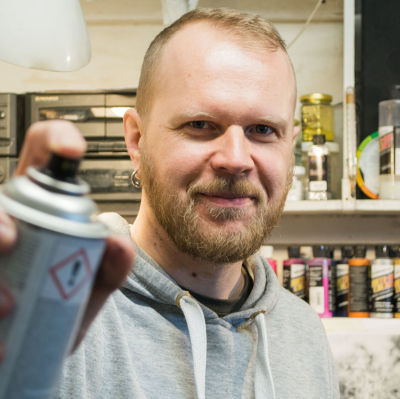 Airbrush-målaren Anders Törnqvist i sitt garage