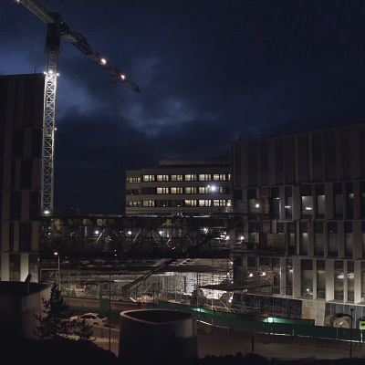 HUSin Siltasairaalan rakennuksia pimeällä kuvattuna.