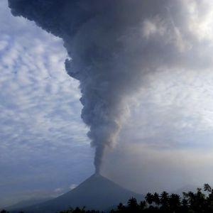 En tjock askpelare stiger upp från vulkanen Supotan efter ett utbrott