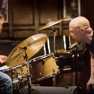 Miles Teller soittaa rumpuja ja J. K. Simmons seuraa elokuvassa Whiplash