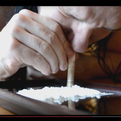 Kuvakaappaus Suuri tuntematon -yhteen Röyhkeä-kappaleen musiikkivideosta YouTubesta.