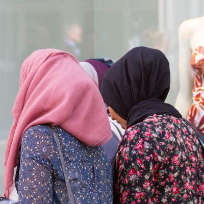 musliminaisia kadulla