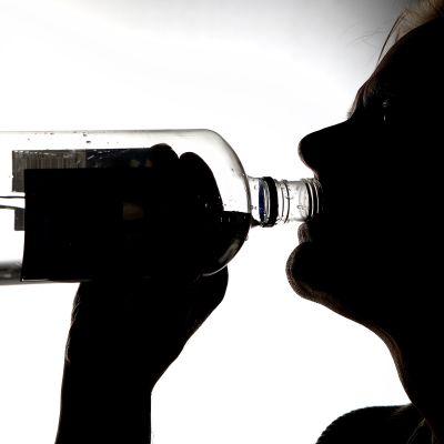 mies juo viinaa, silhuetti