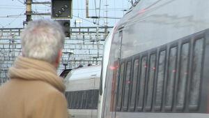 Passagerare väntar på tåg i Schweiz