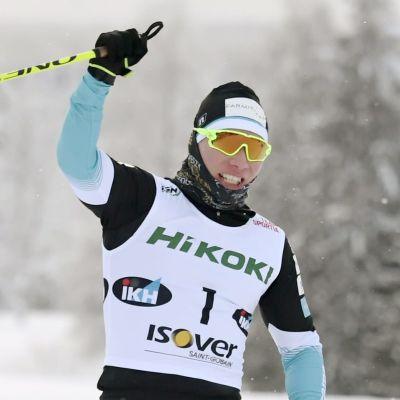 Lauri Vuorinen korsar mållinjen med armen i luften.