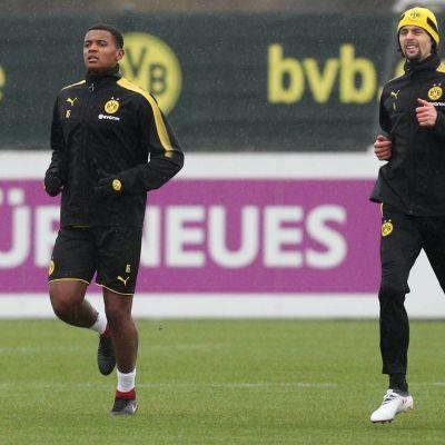 Manuel Akanji Borussia Dortmundin harjoituskentällä.