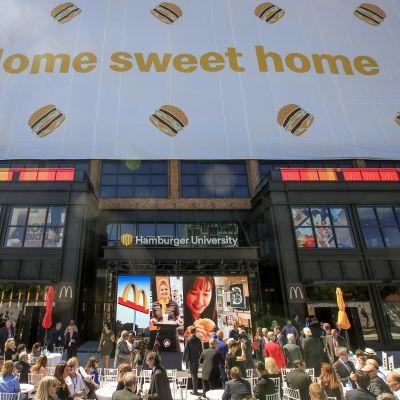 McDonald's-yhtiön pääkonttori Chicagossa, seinällä juliste, jossa teksti Home Sweet Home eli Oma koti kullan kallis.