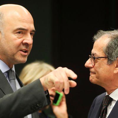 EU:n talouskomissaari Pierre Moscovici ja Italian valtiovarainministeri Giovanni Tria euroryhmän kokouksessa maanantaina.