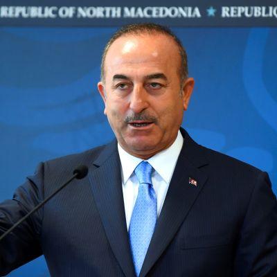 Turkin ulkoministeri Mevlüt Cavusoglu lehdistötilaisuudessa Skopjessa, Pohjois-Makedoniassa.
