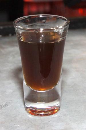 Ett shotglas fyllt med Fishermans Friends-smakande alkohol.