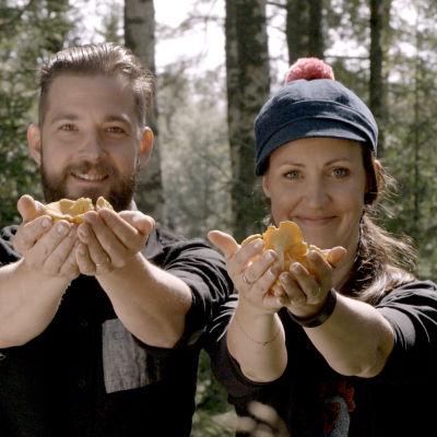 Filip och Linda i kantarellskogen.