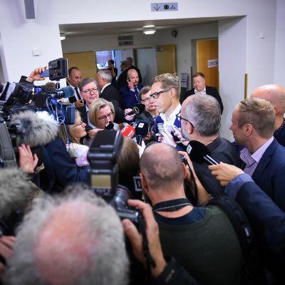 Alexander Stubb median ympäröimänä eduskunnassa tiistaina.