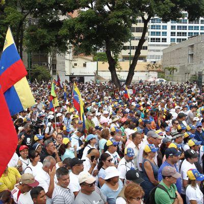 Venezuelalaiset osoittavat mieltään Nicolas Maduron hallitusta vastaan Alfredo Sadel -aukiolla Caracasissa.