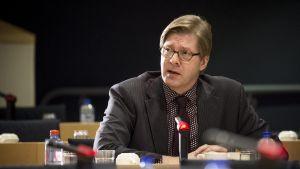 Stefan Möller, man vid bord