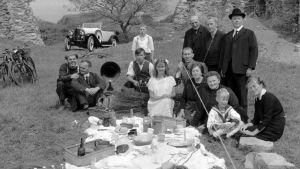 Simonin perhe retkellä vuonna 1919 sarjassa Kotiseutu (Heimat).