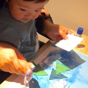 Barn målar med händerna.