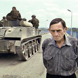Venäläiset tankit ajoivat elokuussa 2008 Ingur-joen yli asemiin Georgian puolella