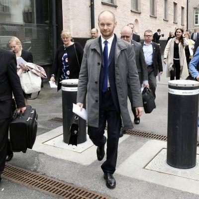 Perussuomalaisista uuteen ryhmään irtautuneita kansanedustajia saapui median eteen Helsingissä tiistaina.
